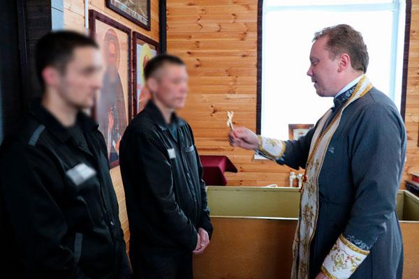 В православном храме исправительной колонии № 1 проведен обряд крещения осужденных